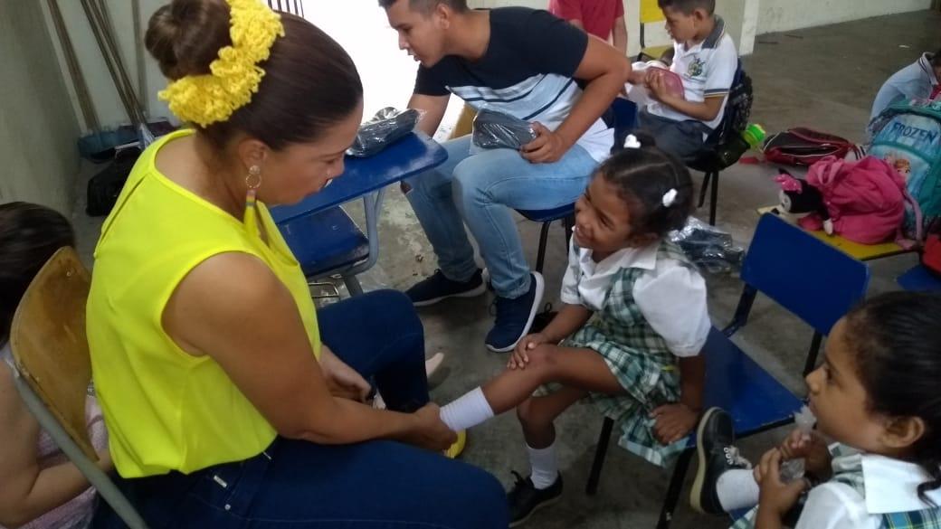 Entrega de Calzado Escolar para niños en Espinal.