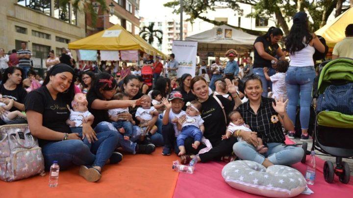 """100 madres en la jornada de lactancia colectiva """"Leche al Parque"""" Ibagué"""