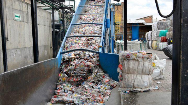 PET, 100 % reciclable , en linea con la económica circular