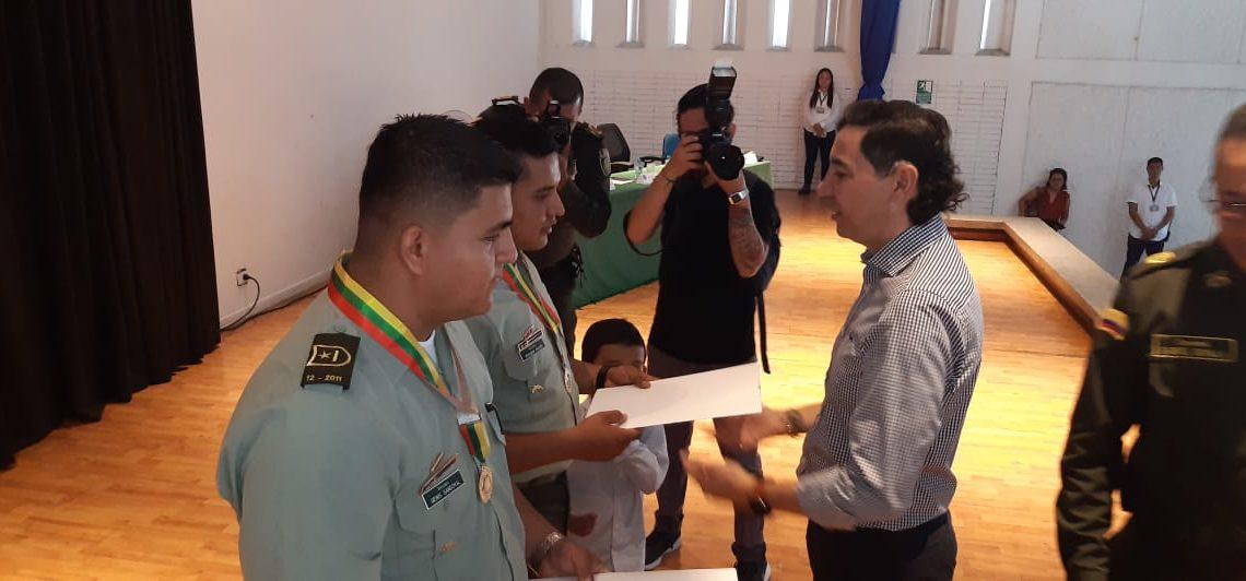 ALCALDE DE IBAGUÉ CONDECORÓ A POLICÍAS POR SU  TRABAJO EN LA CAPITAL TOLIMENSE