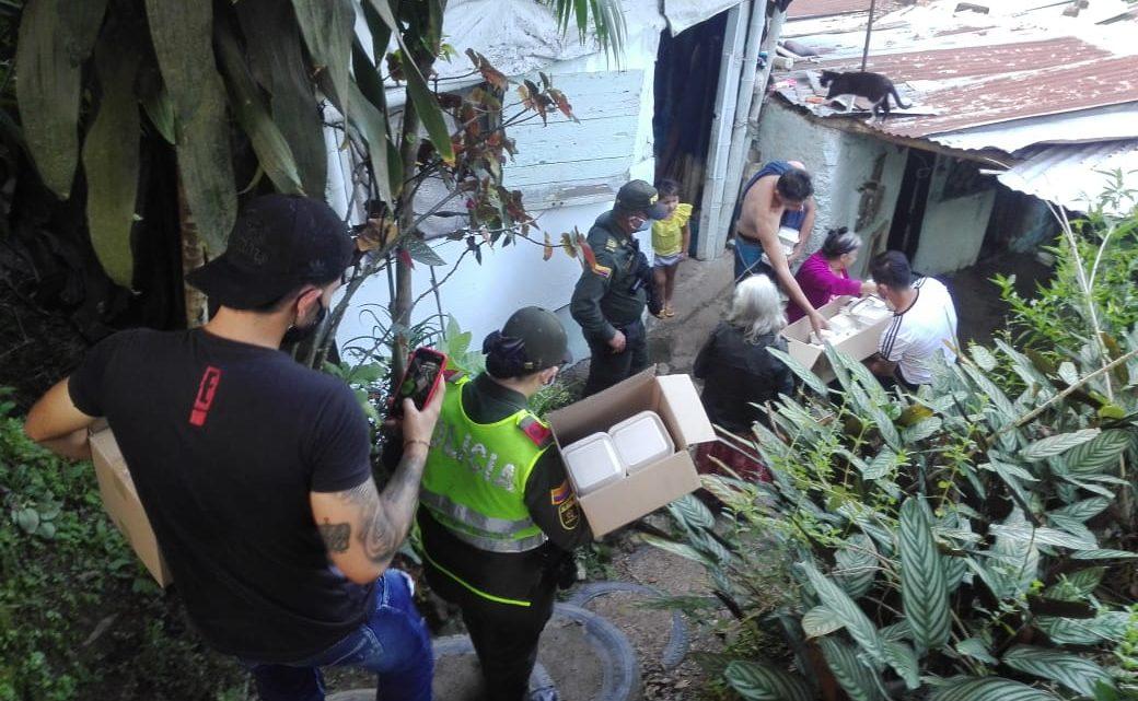 Policía Metropolitana entrega  almuerzos y mercados en ibaguè