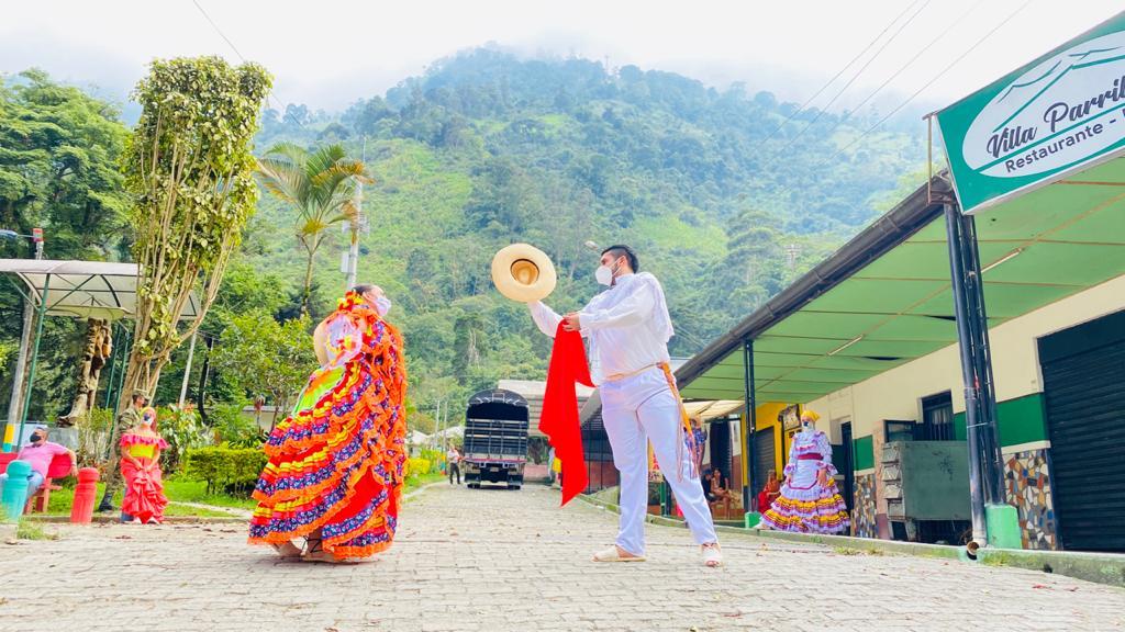 Discapacitados realicen la coreografía del Sanjuanero Tolimense.