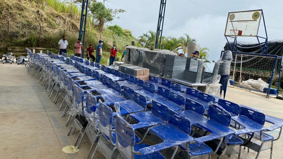 Mobiliario escolar e insumos agropecuarios para víctimas del Tolima