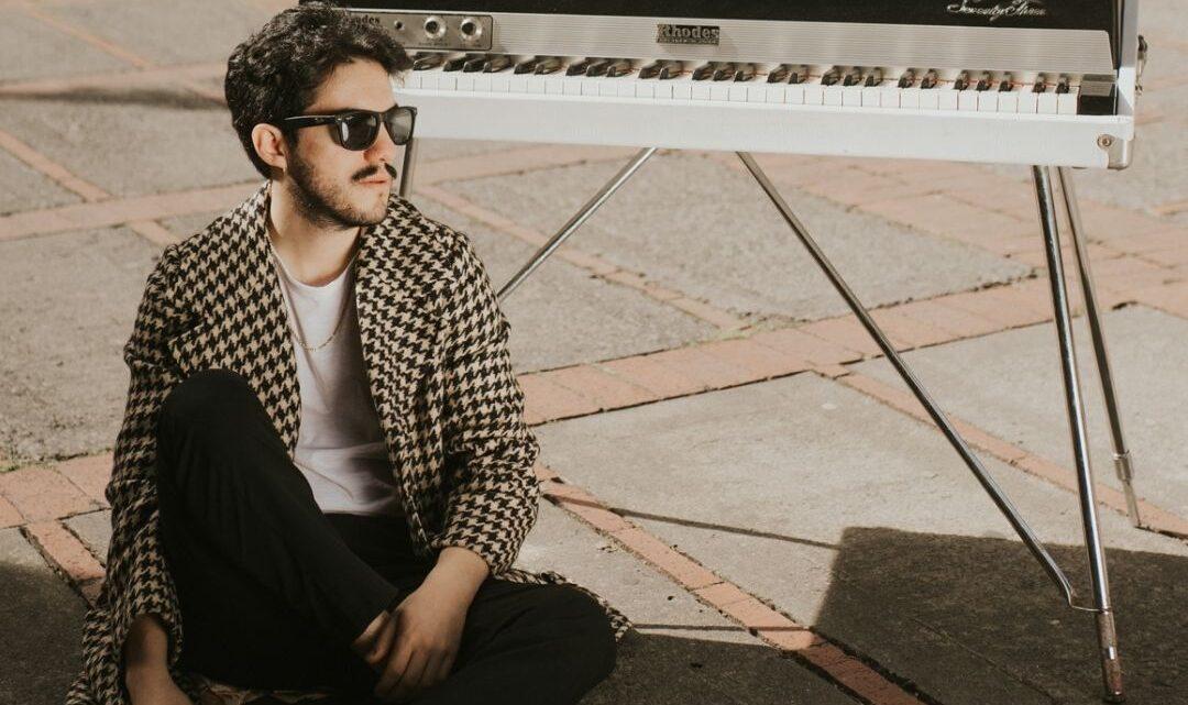 César Ávila Lanza su disco debut, glamour y romanticismo