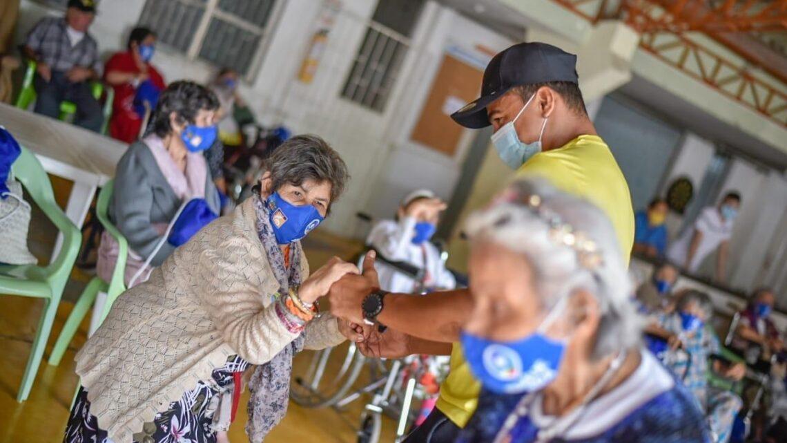 Turistas: Abuelitos de la Fundación Divino Niño recibieron kits de protección