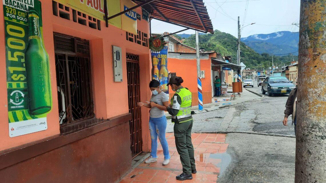 Policía Ibaguè trabajando por la violencia o discriminación contra la mujeres