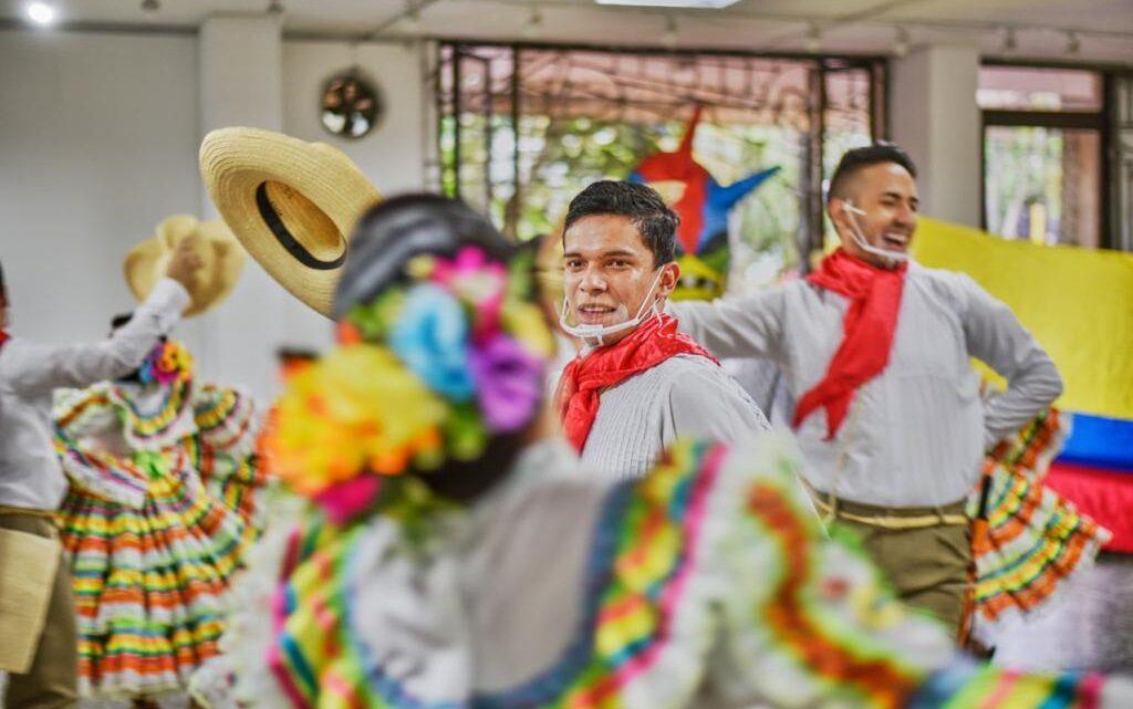 Turistas:Grupos de danza  Fiestas de San Juan, del 17 al 20 de junio  'Ibagué se viste de folclor'