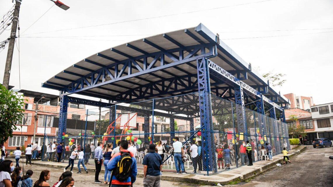TURISTAS: Inauguró cubierta del polideportivo del barrio Pedregal