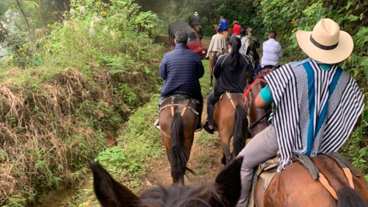 Turistas: En Tolima Ricardo Orozco llegó a lomo de mula a San Fernando.